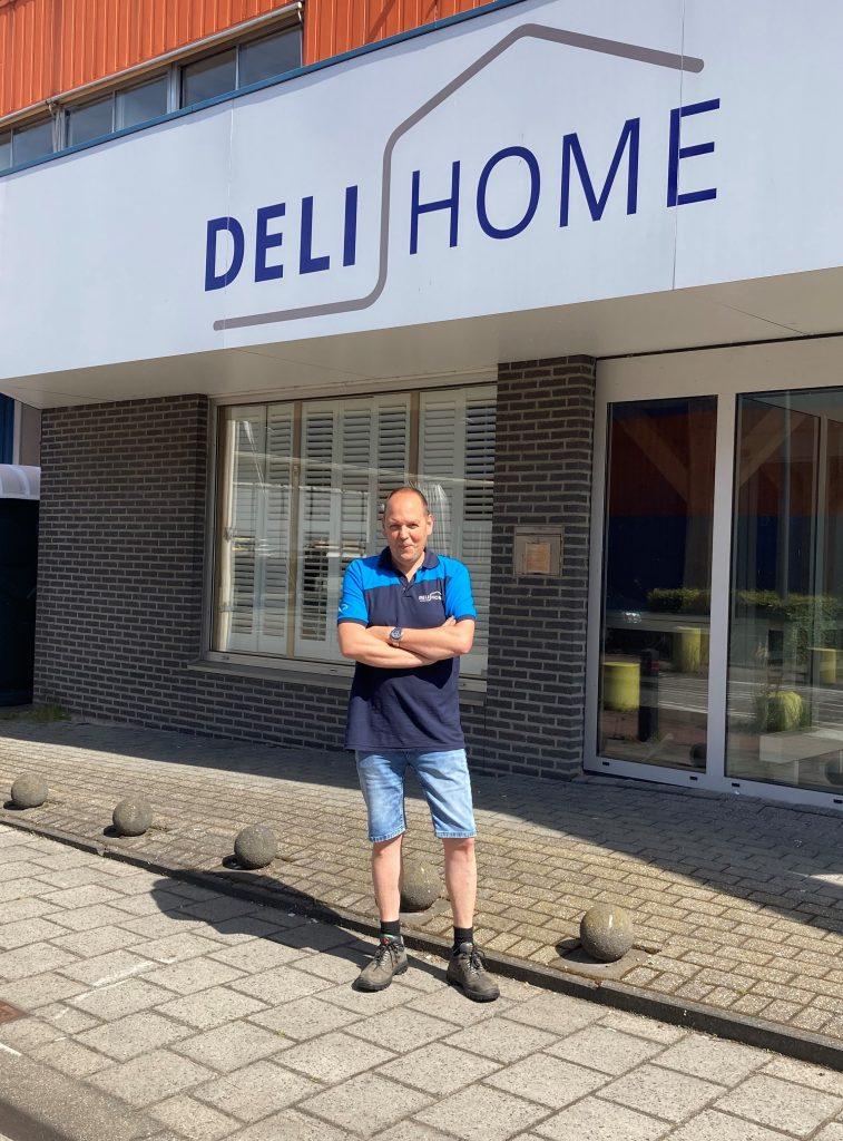 Jan Parijs voor het pand van Deli Home